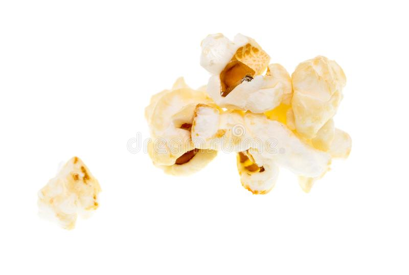 Popcorn på en vit bakgrund arkivbilder