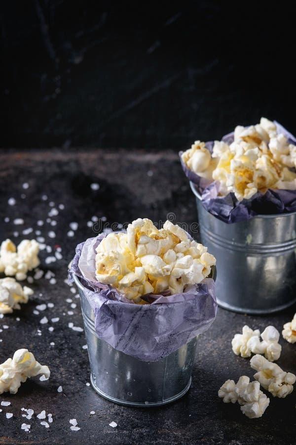 Popcorn salato pronto immagini stock