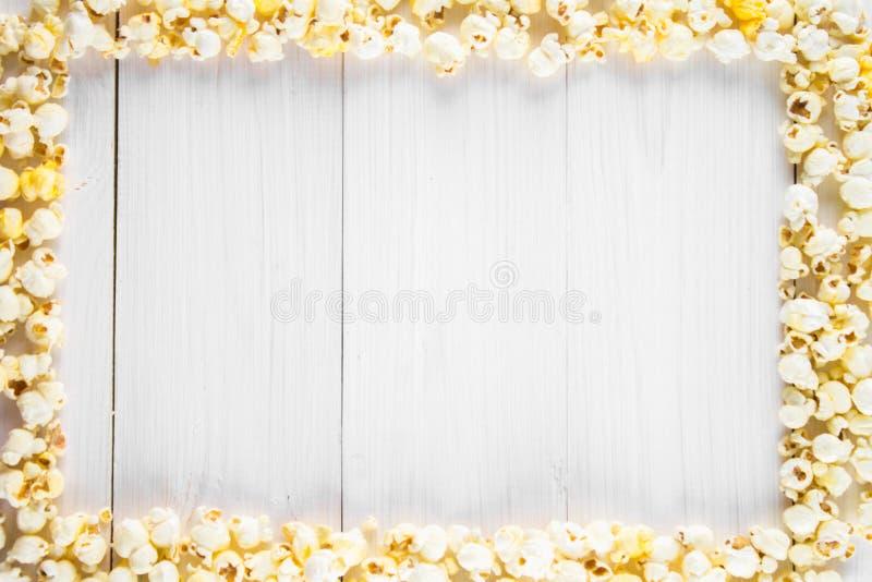 Popcorn salato sotto forma di struttura su una tavola bianca Vista superiore Spazio vuoto per testo immagini stock