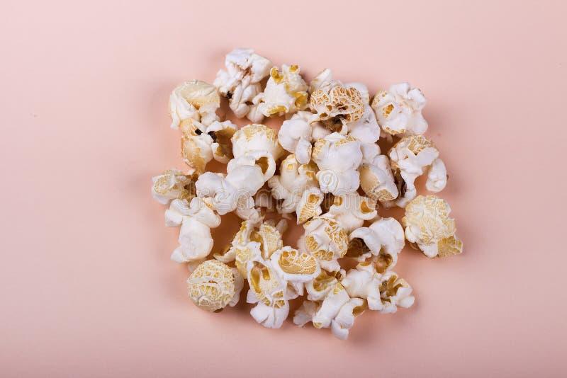 Popcorn salato su fondo beige fotografie stock libere da diritti