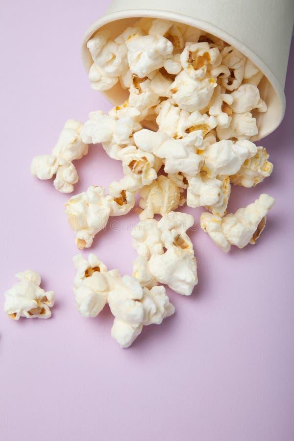 Popcorn salato su un fondo rosa luminoso fotografia stock libera da diritti