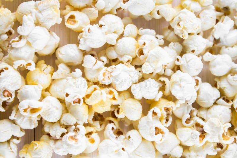 Popcorn salato su una tavola bianca Vista superiore immagini stock libere da diritti