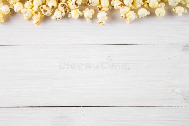 Popcorn salato su una tavola bianca Vista superiore Spazio vuoto per testo fotografia stock