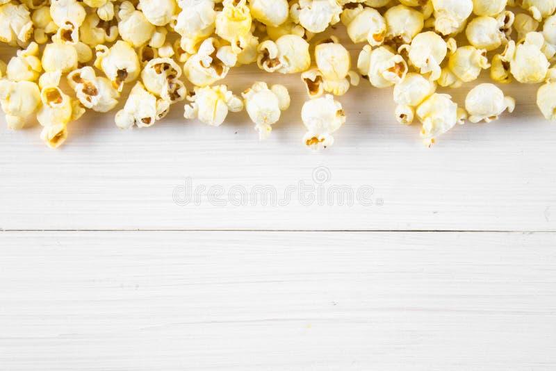 Popcorn salato su una tavola bianca Vista superiore Spazio vuoto per testo immagine stock libera da diritti