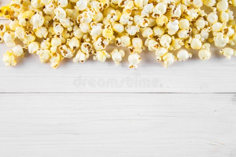 Popcorn salato su una tavola bianca Vista superiore Spazio vuoto per testo fotografia stock libera da diritti
