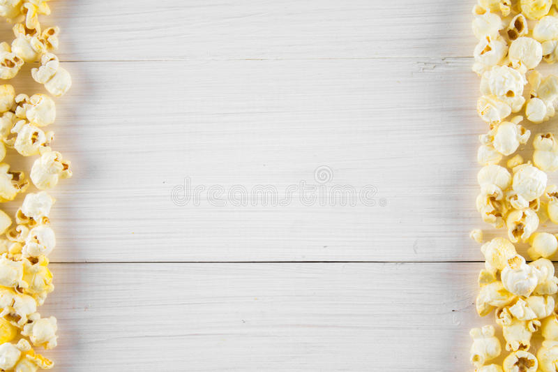 Popcorn salato su una tavola bianca Vista superiore Spazio vuoto per testo immagini stock libere da diritti