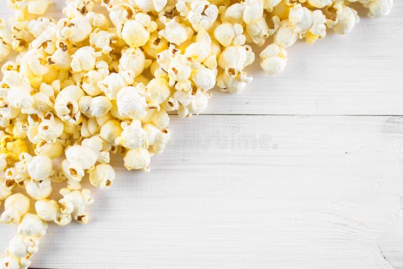 Popcorn salato su una tavola bianca Vista superiore Spazio vuoto per testo immagini stock