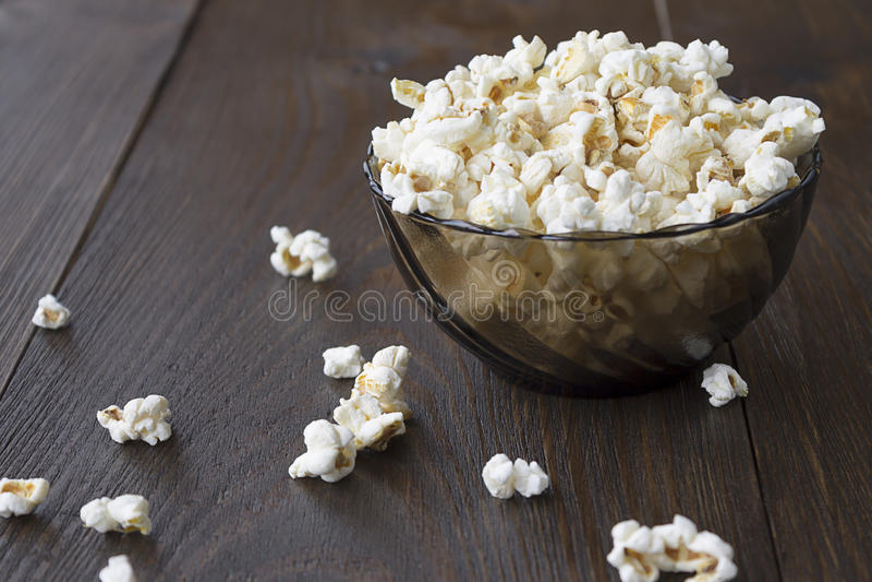 Popcorn salato sulla tavola di legno fotografia stock libera da diritti