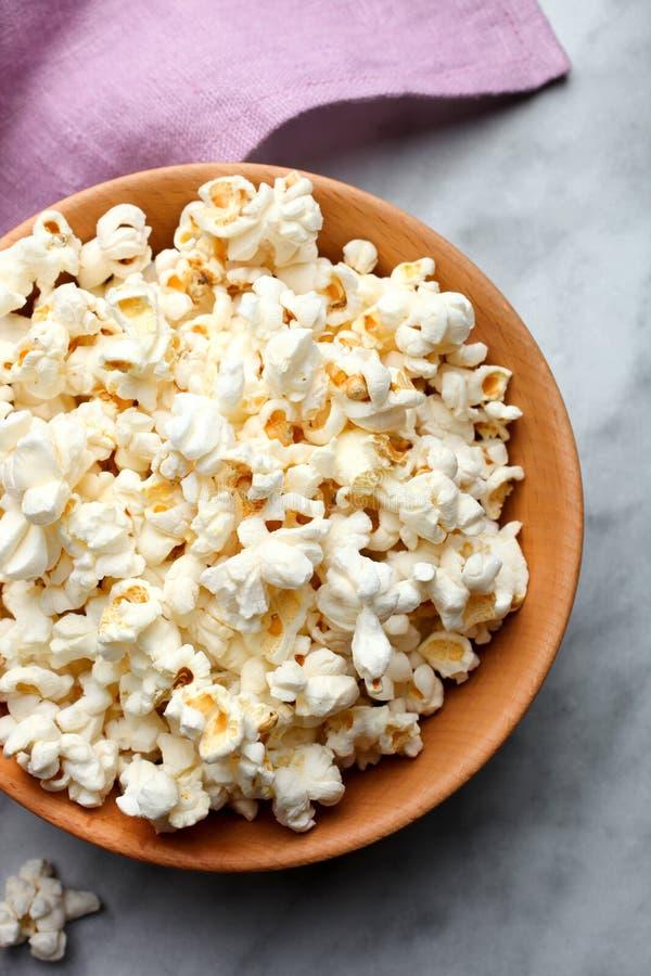 Popcorn salato in una ciotola immagini stock