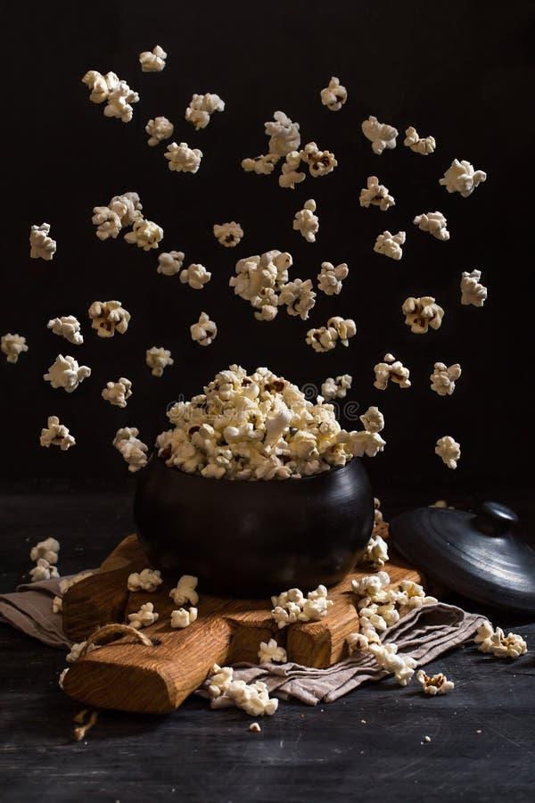 Popcorn som exploderar inom lerakrukan arkivfoton