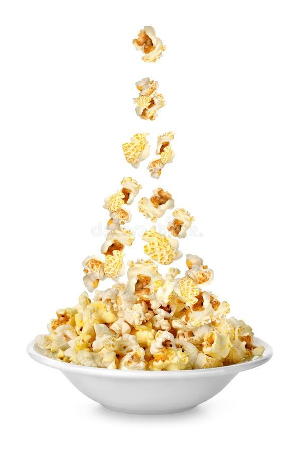 Popcorn som faller i plätera royaltyfri bild