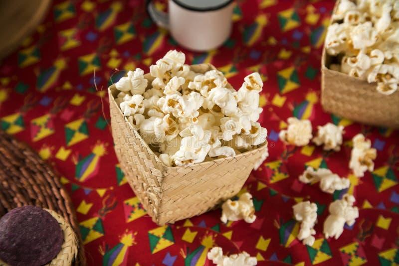Popcorn su una tavola Partito brasiliano di junina di festa fotografie stock libere da diritti