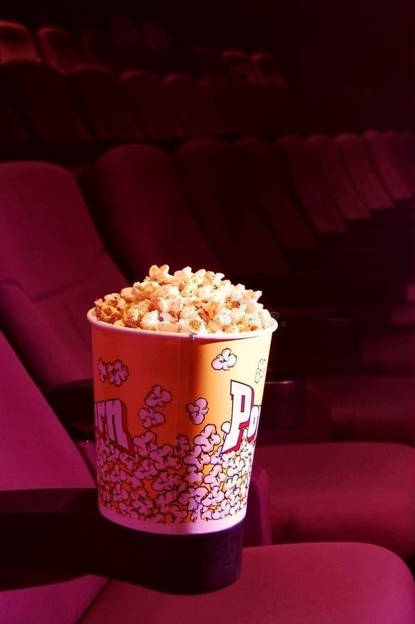 Popcorn in un cinematografo immagine stock