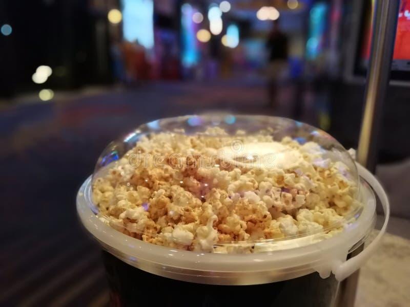 Popcorn in un grande contenitore per il cibo nel cinema fotografie stock libere da diritti