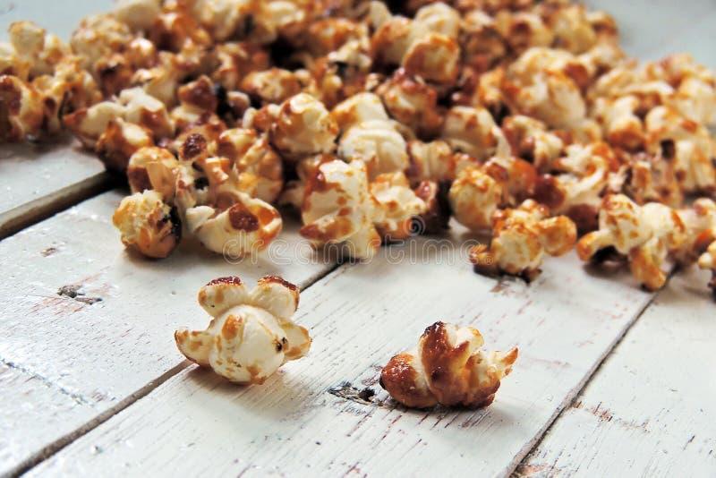 Popcorn in una pentola immagini stock