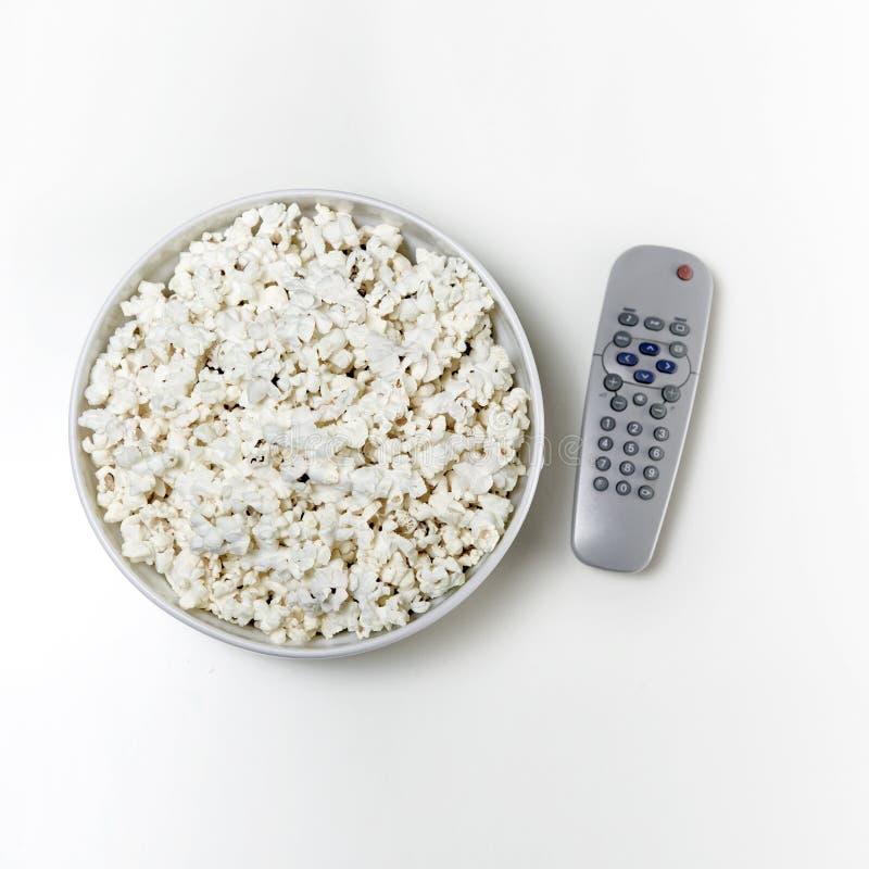 Popcorn und Fernsehapparat stockbilder