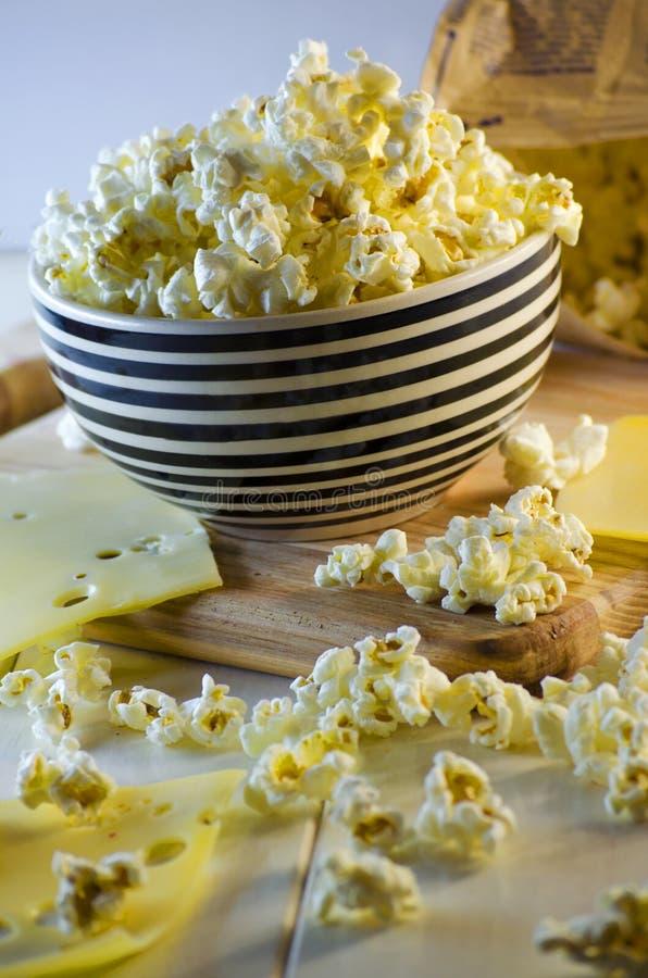 Popcorn und Käse stockfotos