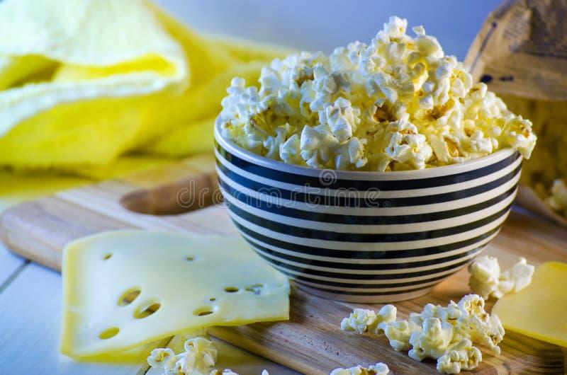 Popcorn und Käse lizenzfreie stockfotos