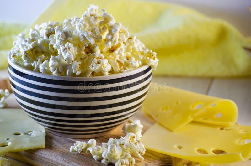 Popcorn und Käse stockfotografie