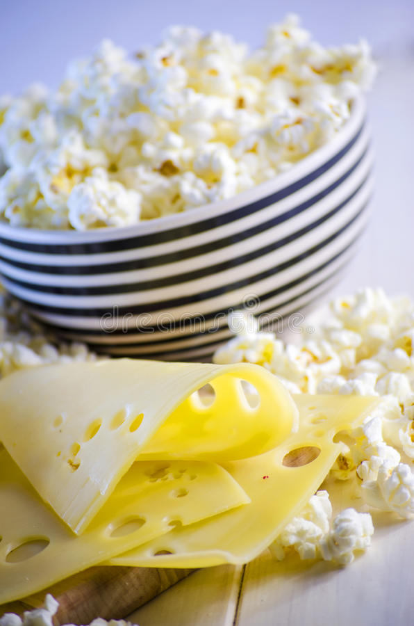 Popcorn und Käse lizenzfreies stockbild