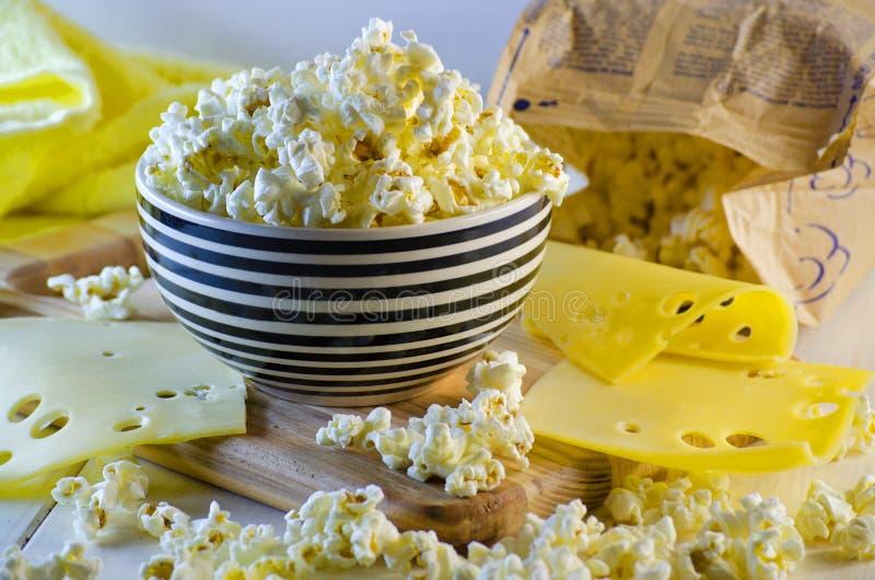 Popcorn und Käse stockbilder