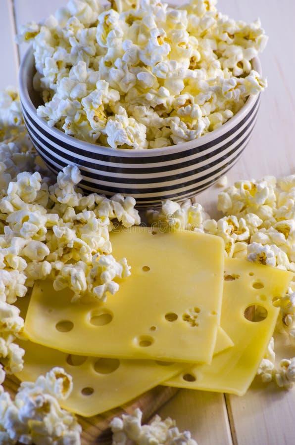 Popcorn und Käse lizenzfreie stockbilder