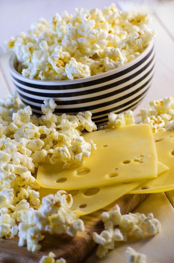 Popcorn und Käse stockfoto