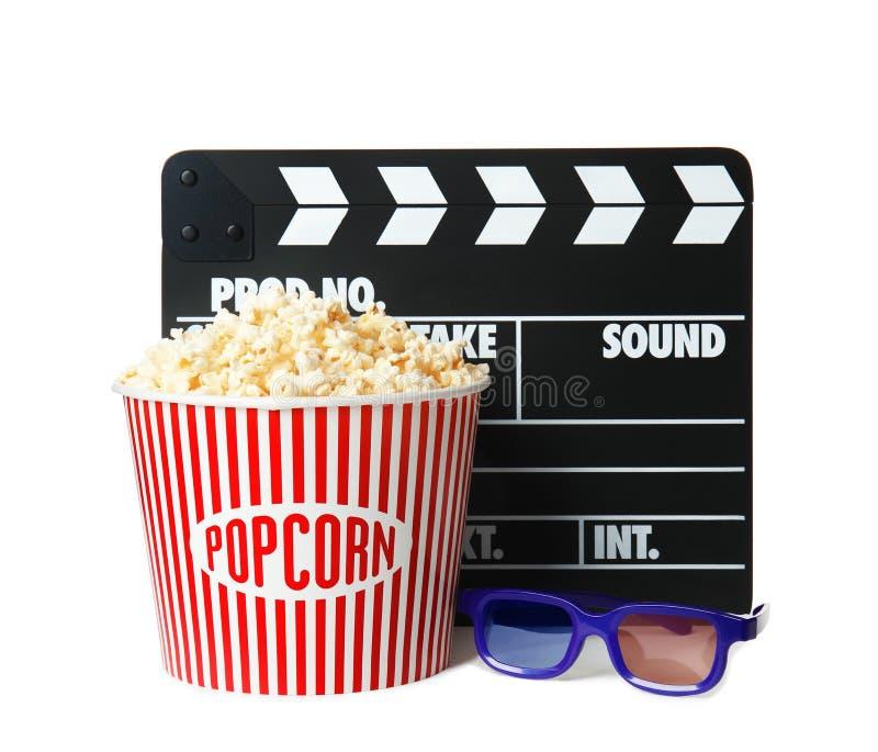 Popcornemmer, klep en glazen op wit wordt geïsoleerd dat stock afbeelding