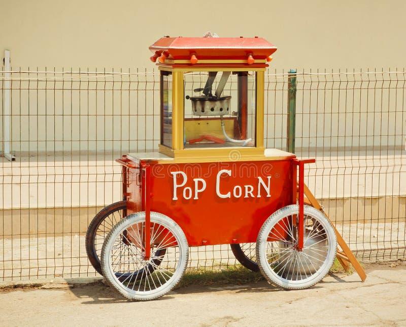 Popcornmaskin som göras i tappningstil, med teckenpophavre arkivbilder