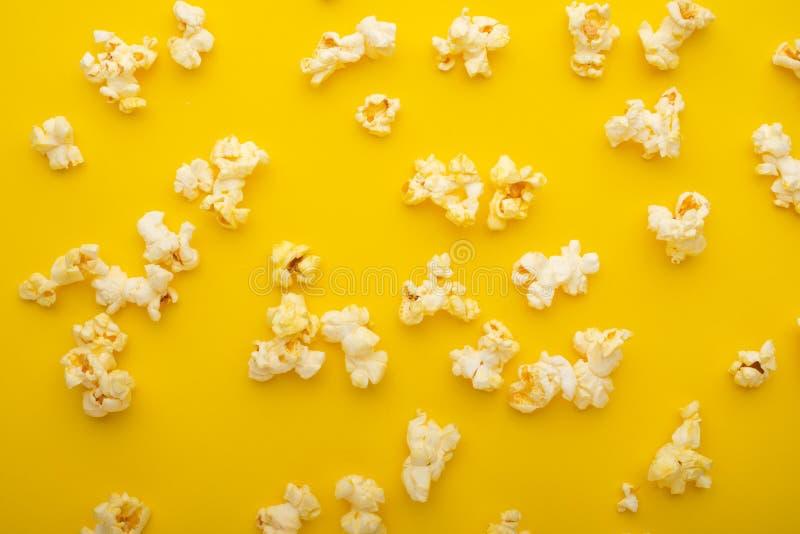 Popcornmodell, textur på en gul bakgrund Bästa sikt, underhållning, film royaltyfria bilder