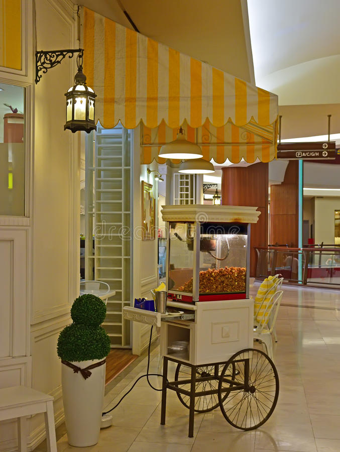 Popcornmottagningsrum med engelsk klassisk tappningstilgarnering arkivbilder