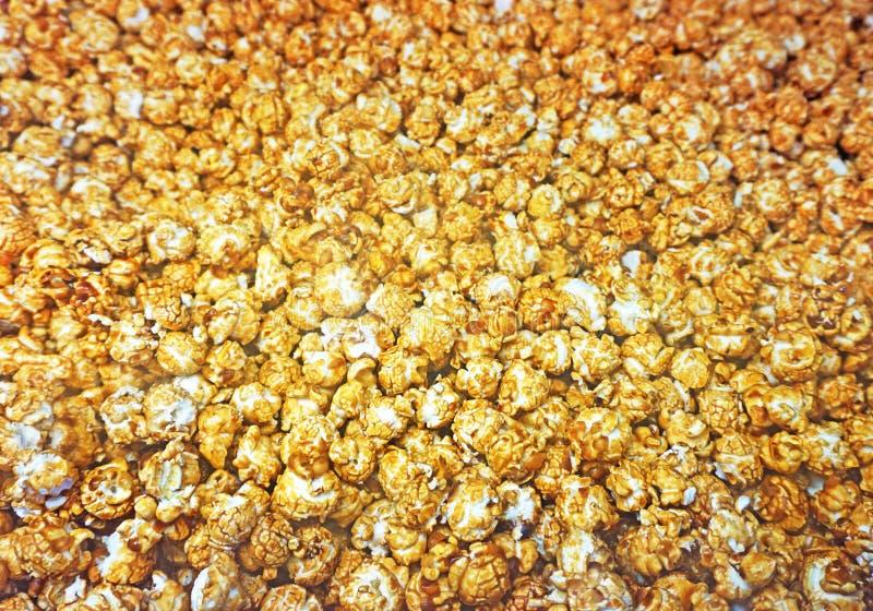 Popcornpatroon De achtergrond van de karamelpopcorn stock foto's