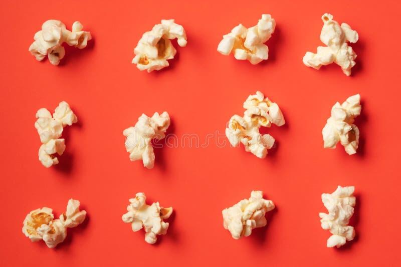 Popcornpatroon op rode achtergrond royalty-vrije stock foto's