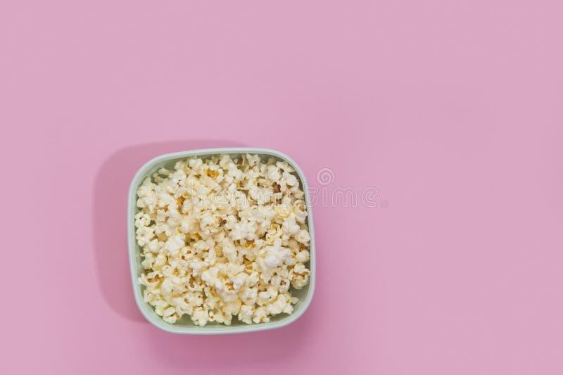 Popcornschüssel angesehen von oben genanntem auf rosa Hintergrund Flache Lage Beschneidungspfad eingeschlossen lizenzfreie stockfotos