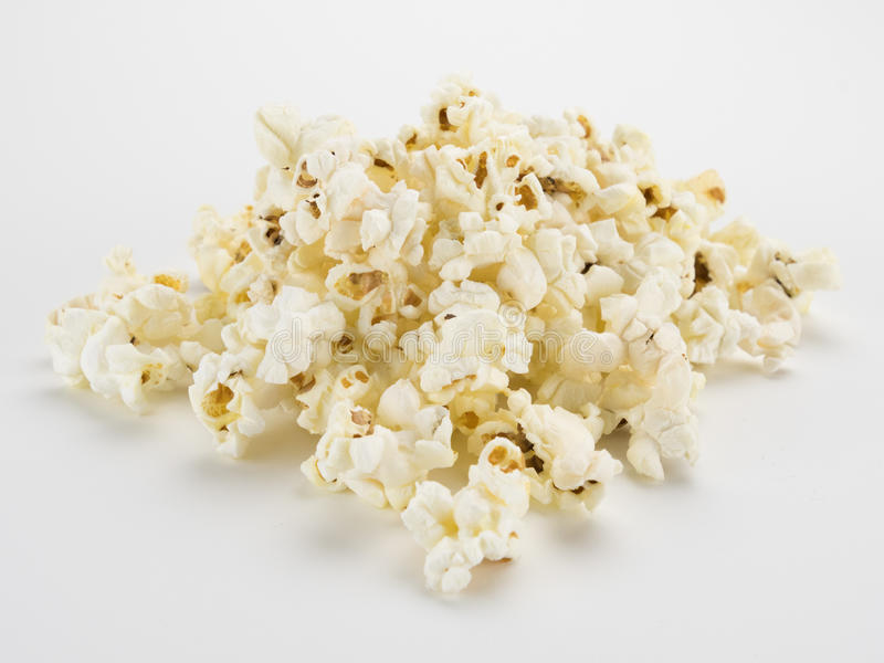 Popcornstapel auf Weiß stockfotos