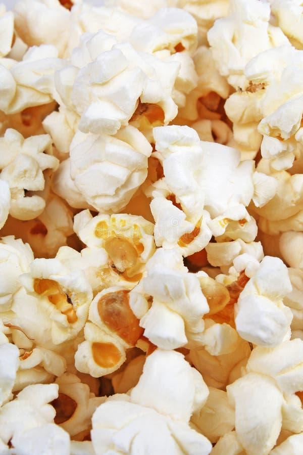 Popcorntextur Popcornmellanmål som bakgrund Modell för bunthögpopcorn royaltyfria bilder