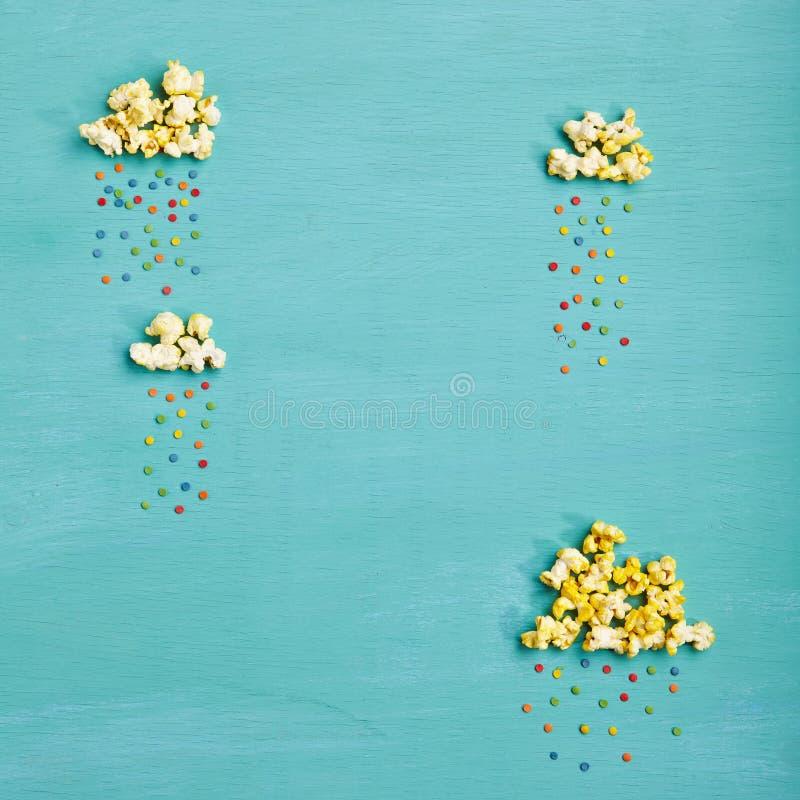 Popcornwolken met Kleurrijke Regen royalty-vrije stock afbeelding