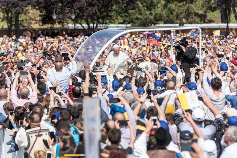 Pope Francis b?ogos?awi? wiernego obraz royalty free