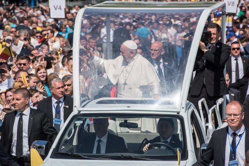 Pope Francis b?ogos?awi? wiernego zdjęcia stock