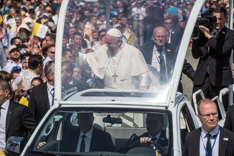 Pope Francis b?ogos?awi? wiernego zdjęcia royalty free
