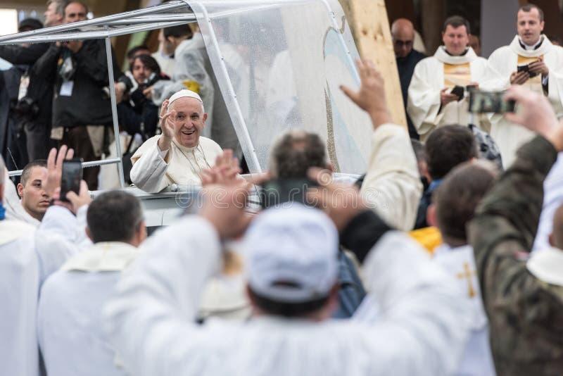 Pope Francis przyjeżdża dla mszy z popemobile i błogosławi wiernego zdjęcie stock