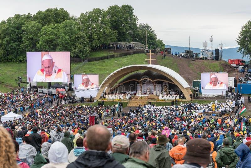 Pope Francis w historycznej pierwszy wizycie w Transylvania zdjęcie royalty free