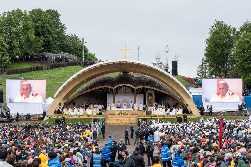 Pope Francis w historycznej pierwszy wizycie w Transylvania fotografia royalty free