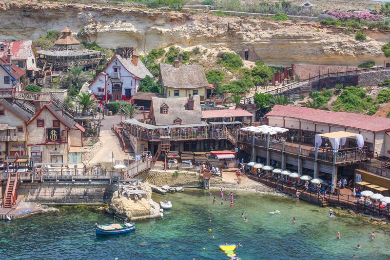 Popeye-dorp op een zonnige dag Bekende attractie en openluchtmuseum op Malta-eiland Zomerlandschap stock fotografie