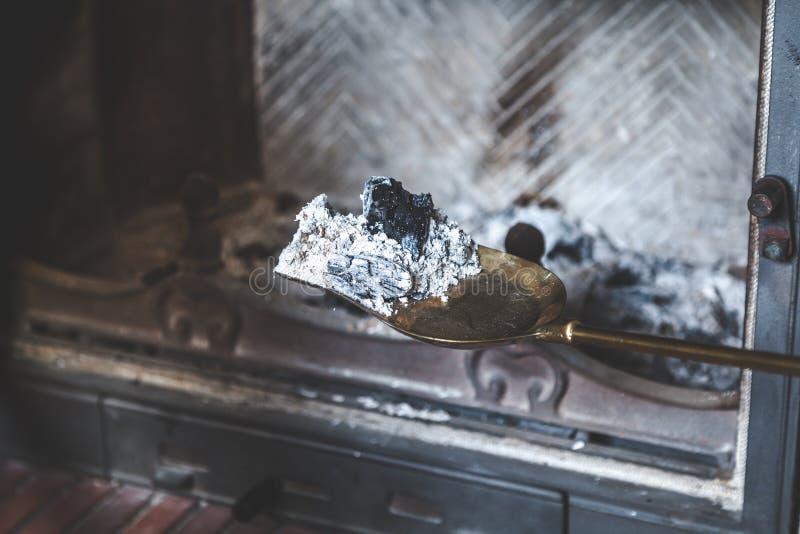 Popiół od ogienia nieatutowy wygasłego na mosiężnym ostrzu zdjęcie stock