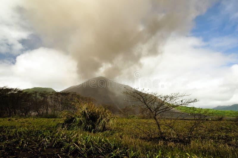 popiółu chmury góra nad powulkanicznym yasur fotografia royalty free