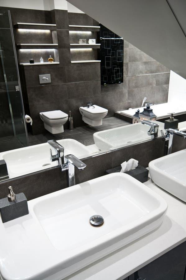 Popielata łazienka obraz stock