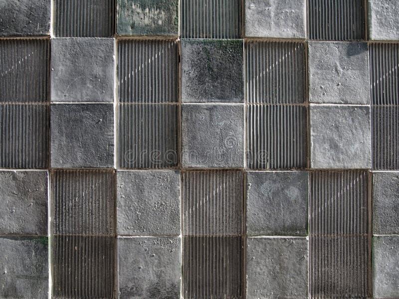 Popielata betonowa ściana z geometrycznymi kwadrat deseniowymi i zakłopotanymi teksturami obraz stock