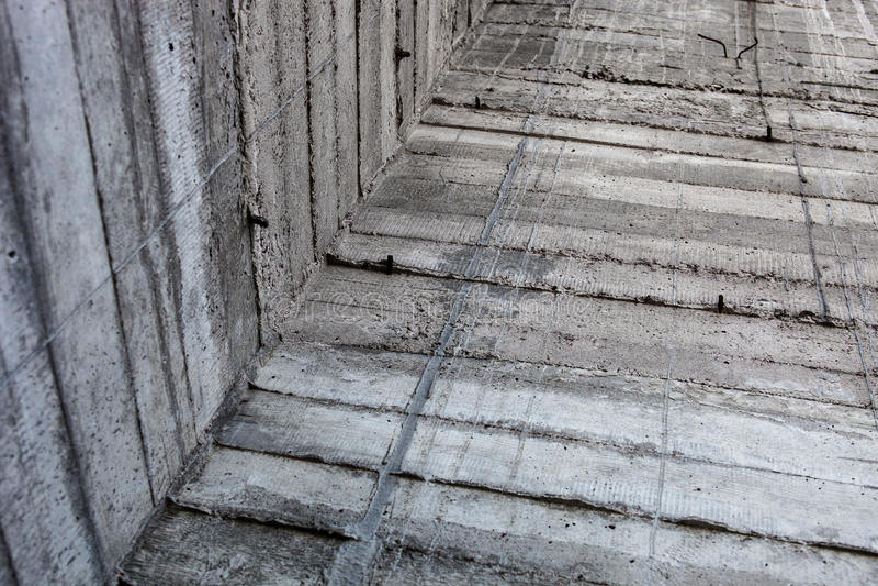 Popielata betonowa ściana z wzmacniającymi śladami zamyka lejnie fotografia stock