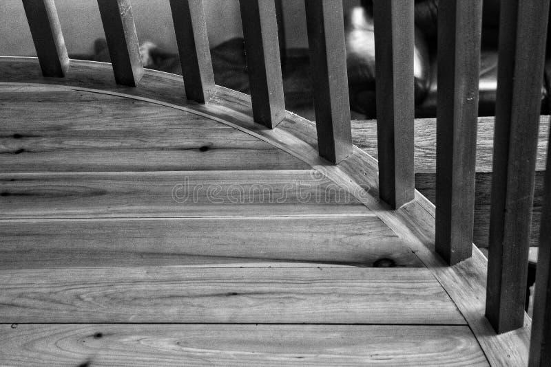 Popielate newel poczta na drewnianym lądowaniu w czarny i biały zdjęcia royalty free